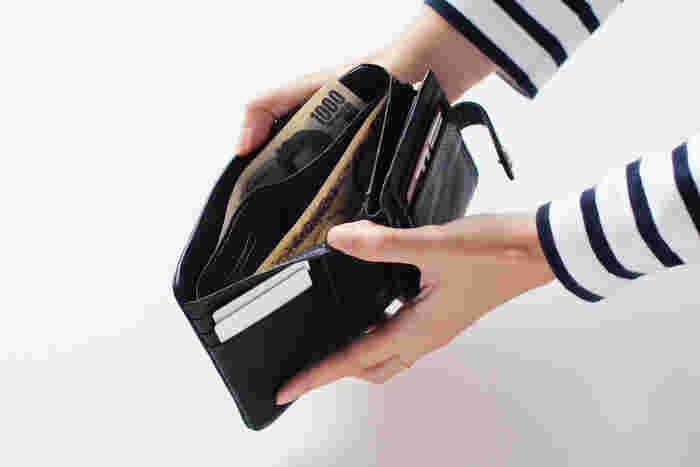 開くと意外と大容量で使いやすそう。お札の仕切りや小さなポケット、カード類の収納スペースなど豊富です。硬貨はファスナー付きのポケットに。
