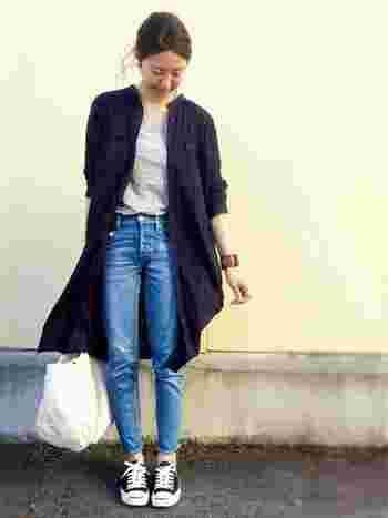 ゆるっとしたシルエットの紺色のシャツワンピースには、スキニーを合わせるのもオススメです。膝丈はスタイルが良く見えるので、体型が気になる人にもピッタリなコーデですね。