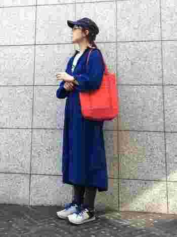 メインアイテムと小物、鮮やかカラー色同士の組み合わせは分量のバランスに気をつけて。ブルーのロングコート×オレンジのトートバッグは、補色同士で上手に引き立て合っています。