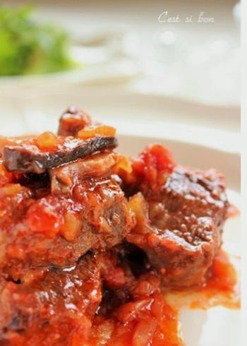 塩麹をまぶした牛肉を炒め、野菜やきのことじっくり煮込みます。塩麹の力でまろやかな風味に。