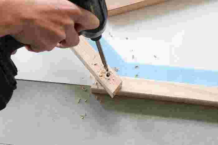 木材が重なった両端にドリルでビス山より少し大きな穴(深さ15㎜ほど)を開け、ビスで固定します。この作業を繰り返し、好きな高さまで積み上げたら完成です。仕上げに好きな色でペイントしてもおしゃれですよ。