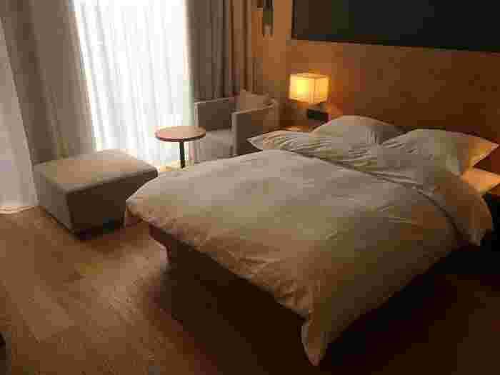 客室は全79室と銀座と同じですが、部屋タイプは5種類とちょっと少な目。しかしながら、旅先での緊張を解し、心地よい眠りへと誘ってくれる間接照明や寝ているときの姿勢に合った最適な硬さを実現するマットレス、柔らかくてふかふかのバスタオルなど、旅の疲れを存分に癒すことができます。