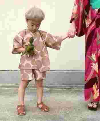 私は浴衣を、子供には甚平を。楽ちんで日本らしい家着姿になれば、夏の庭や夕暮れの景色がまた違って見えてくるかも。打ち水や庭で線香花火など、こちらも夏の風物詩を取り入れれば、今年の夏はいつもよりしなやかに過ごせそうです。