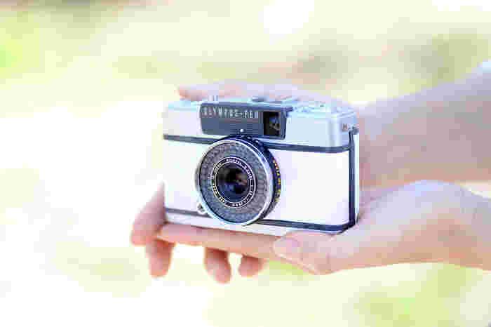 「Rie-Cameのテーマカラーのラベンダー色と白で春らしいものを作りたいなと思って」と見せてくれた、最新のカスタムカメラ。