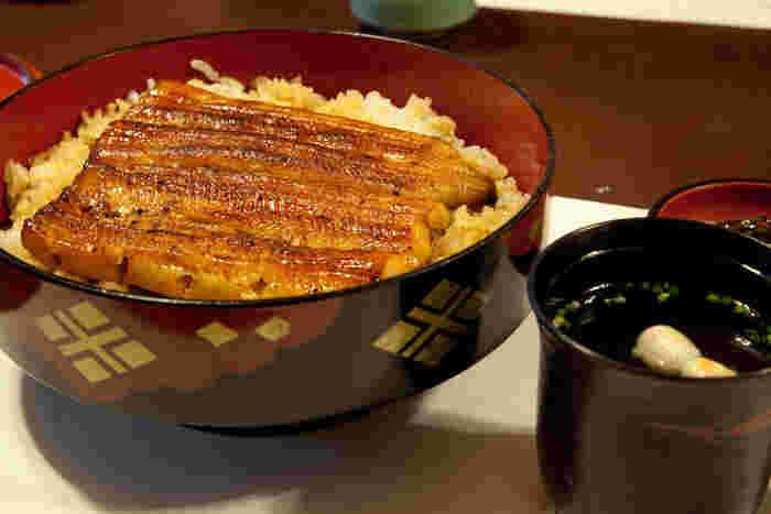 伊豆栄の歴史は古く、徳川八代将軍吉宗公の頃から始まったと言われています。伝統の技で焼き上げた鰻はふっくらと肉厚。たまには贅沢にお昼から鰻も良いですよね。