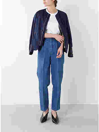 Scye(サイ)のサテンジップアップジャケット。ミリタリーブルゾンを思わせながらもすっきりとしたシンプルデザインとなっています。トレンド感あるノーカラーとジャストなサイズ感でバランス感覚の良いコーディネートが楽しめます。センタープレスのパンツを合わせると、こんなにスタイル良く着こなせます。