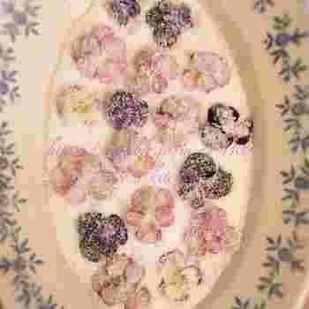 バタークリームケーキやクッキーに添えたり、ゼリーに潜ませたり。懐かしいお菓子にとっても似合うビオラの砂糖漬けです。花びらに卵白を丁寧に塗って、グラニュー糖をかけて。他のエディブルフラワーでも作ってみたいですね。