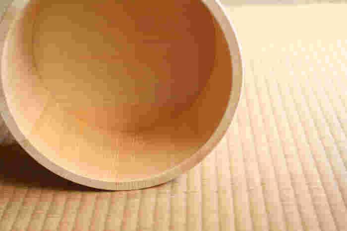 木肌の風合いを目でも感じてもらいたいとの思いから、石鹸台に使われている一部の材料以外は、すべて仕上げは無塗装の鉋仕上げ。そのため、艶もしっかり出て、耐水性も少し上がるだけでなく、無塗装なのでヒノキの香り存分に楽しめます。