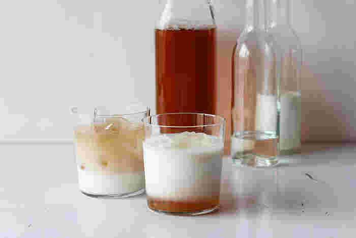 爽やかで飲みやすいルイボスティーは、ミルクやソーダをプラスすることで、いつもとは一味違う美味しいアレンジドリンクも作ることができます。以下のリンク先のページでは、お家で簡単にできるドリンクレシピが紹介されていますので、ぜひ参考にしてみてくださいね。見た目もおしゃれなアレンジドリンクは、夏のおもてなしにもぴったりです。グラスにもこだわってみると、いつものティータイムが特別な時間になりそうですね。