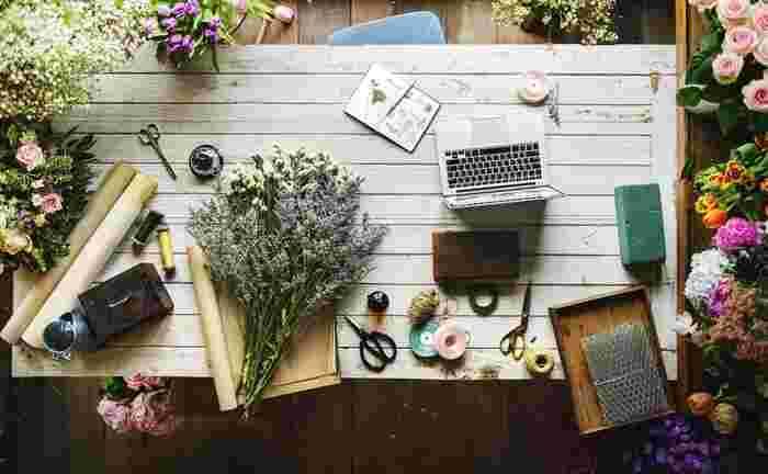 スワッグは季節の花々や木の枝で作るのが定番です。作りたてはフレッシュですがドライフラワーになっても長く飾っておくと年中楽しめるスワッグ。ポピュラーなのはリースですが、花束のようにまとめるだけの簡単なブーケ型もありますよ。