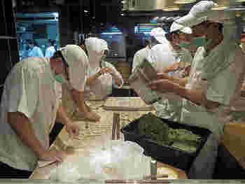 ガラス越しに調理場を見ることができ、職人さんの手技を間近に堪能することも。臨場感たっぷりです。