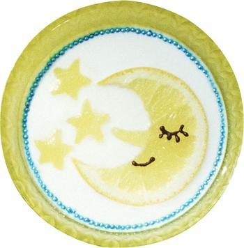 パイナップルの星にグレープフルーツのお月様。お皿のフチに並べられたブルーのアラザンや、チョコペンで描かれたお月様のやさしそうな表情……まるでおとぎ話の世界のような、幻想的なヨーグルトアートです。  【材料】 ・明治ブルガリアヨーグルトLB81プレーン 150g ・はちみつ 大さじ1 ・グレープフルーツ スライス1枚 ・パイナップル スライス1枚 ・チョコペン 適量 ・アラザン 大さじ2  【作り方】 ①パイナップルを星型の抜き型で3個つくります。 ②グレープフルーツを三日月型にカットし、三角の小さな鼻もカットします。 ③プレーンヨーグルトにはちみつを混ぜてボウルに入れ、三日月と星を置きます。 ④チョコペンで三日月の目と口を描きます。 ⑤縁にアラザンを並べます。