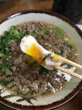 とろーりとした半熟卵が合わさると、さらにまろやかで優しい味わいになります。