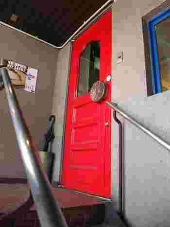 階段を上がると目に飛び込んでくるのが、真っ赤なドアと大きなボタンみたいなドアノブ。 「なんか、ドア見ただけでもワクワクせぇへん?」