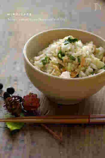 塩鮭を焼いて、炊きたてのご飯に混ぜあわせます。茗荷と水菜の歯ごたえに春の季節感があふれて。