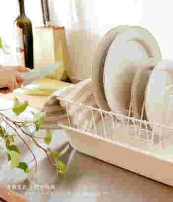 機能的な水切りかごがあれば、洗ってからクロスで拭きあげるまでの間、食器類をすっきりと乾かしておくことができます。キッチンにあるだけで気分が上がる、おしゃれで機能性も◎の水切りかごをご紹介します。