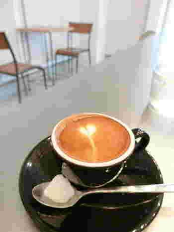 エスプレッソに少量のフォームドミルクを注いだ『マキアート』。  映画とおいしいコーヒー、最高の組み合わせですね♪