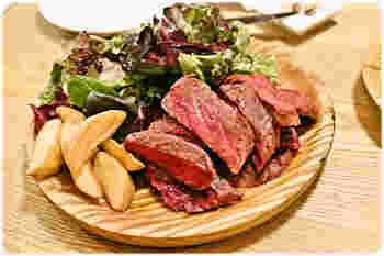 肉料理もシンプルに。「牛リブロースステーキ」は、赤身のワイルドな美味しさを噛みしめながら、気取らないカジュアルな赤ワインを飲みたいですね。ワインをボトルで頼んで、みんなでワイワイ賑やかに食事を楽しむのにぴったりのお店です!
