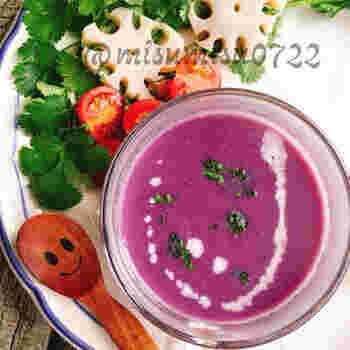 紫芋の色が鮮やかなポタージュ。玉ねぎと紫芋の素材本来の甘みを存分に味わうことができるレシピです。生姜入りなので冷えやすいこれからの季節も体の芯からぽかぽかと温まりますよ。