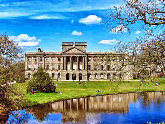ライム・パークは、16世紀に建設された貴族の邸宅です。壮麗な邸宅は、エリザベス朝様式、バロック様式が入り混じっており、圧倒的な存在感を放っています。