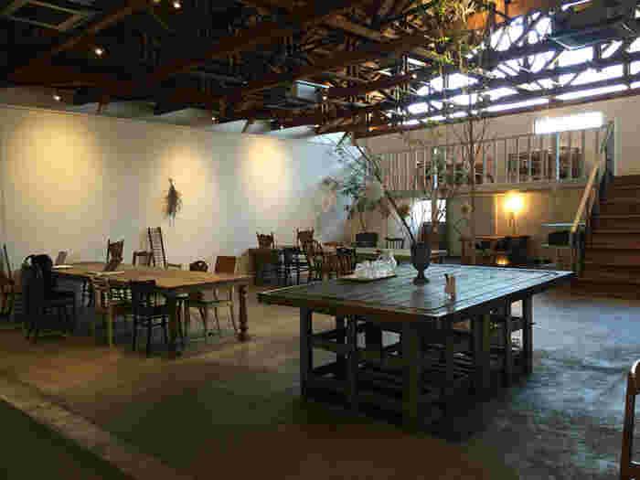 カフェスペース天井が高く開放的もゆったり広々しているのでくつろげます。