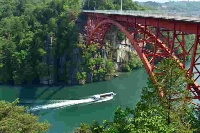 「恵那峡(えなきょう)」は、木曽川をせき止めて作られた人工的なダム湖と、奇岩が立ち並ぶ特殊な地形の融合により誕生した美しい景勝地。TVコマーシャルにも取り上げられるほど美しい景色をひと目見ようと、観光シーズンには名古屋方面からも多くの観光客が訪れるそうです。春には桜、秋は木々の紅葉。周りの大自然と湖のコントラストがとても美しく、思わず何枚も写真におさめたくなる景色が広がります。