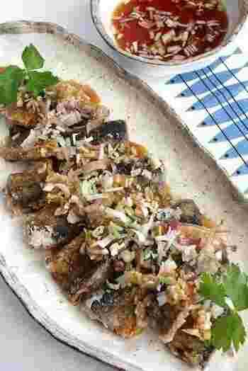 女性が好むお酢をたっぷり使った、秋の代表的な魚サンマのピリ辛中華南蛮。揚げたてのサンマにジュワ~っとネギダレをかけて、ビールが止まらないサンマレシピの完成です。
