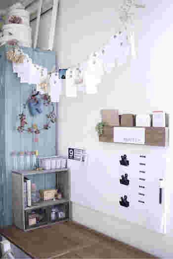 こちらは、セリアの木板と角材を使って手作りした壁面収納家具。壁に取り付けると、デスク上の場所を取ることなくさらに快適に! グリーンを一緒に飾っておしゃれに見せましょう。
