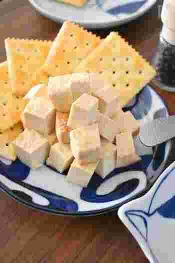 チーズのカロリーが気になるときは、豆腐を味噌に漬け込めば、まるでフレッシュチーズのようなおつまみに!ヘルシーなのにコクのある、大満足の一品です。