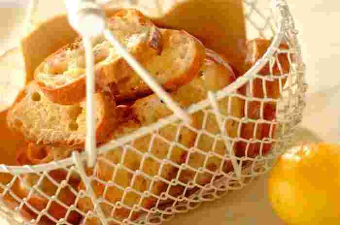 カリカリに焼いたバゲットに、バターとレモンシュガーをたっぷりと塗ります。もう一度オーブンで15分ほど焼けば、レモンの香り広がるおいしいラスクの完成です。