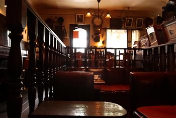 明かりが落とされた薄暗い店内には、革張りの椅子のほとんどがスピーカーに向かって並び、クラシックオルガンや昭和初期の壁掛電話機、フロア型蓄音機など年代物のアイテムがあちらこちらに飾られています。