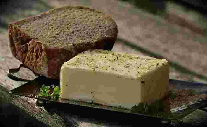 バターは大きく分けると、牛乳を乳酸発酵させてから作る「発酵バター」と発酵させずに作る「無発酵バター」に分類され、それぞれに塩を添加した有塩バターと添加しない食塩不使用(無塩)バターがあります。まずは、その違いからみていきましょう。