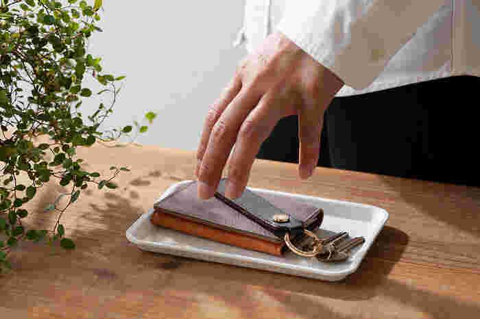 キッチンで使うのはもちろん、インテリアの小物入れとして使ってもいいですね。Sサイズのトレーは、帰宅時に鍵やパスケースなどを置いておく小物置きとして使うのもおすすめです。