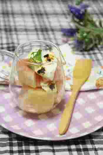桃の自然な甘さと、焼きヨーグルトの酸味が絶妙にマッチしたレシピです。焼きヨーグルトに焼き目を付けるために、オーブンではなく、グリルで焼いています。材料をしっかり冷やしてから和えるのが、おいしさの秘密です。焼き目の香ばしさと桃は相性ばっちりです。