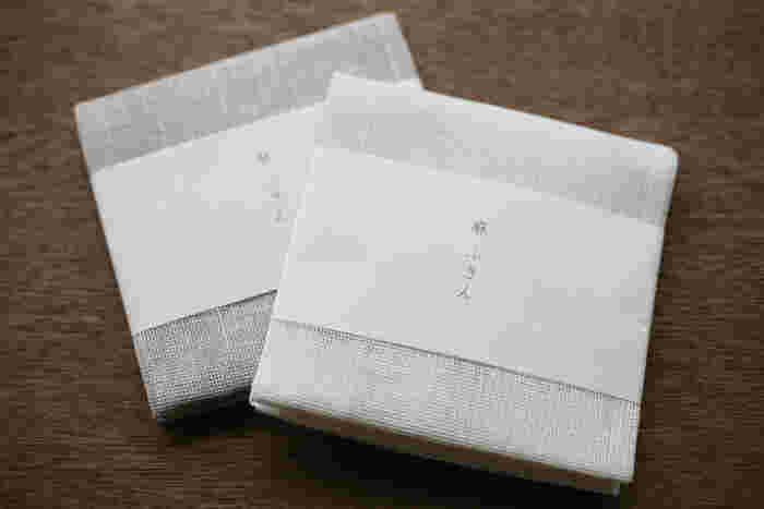 綿に比べて繊維が長い麻は毛羽立ちにくく、吸水性も抜群なので、食器を拭くのに◎。しかも強度も発散性も優れており、丈夫ですぐに乾きます。そんな機能性バッチリのふきんは、見た目もスッキリと美しく、プレゼントにしても喜ばれそう。