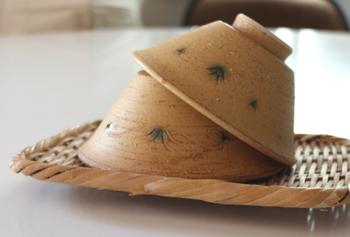 長崎・波佐見で唐津焼を作陶している利左ェ門窯。唐津焼の土と釉薬で黄瀬戸のような雰囲気に仕上げたユニークな一品です。 丸みのないシャープなデザインですが、土の温もりを感じます。
