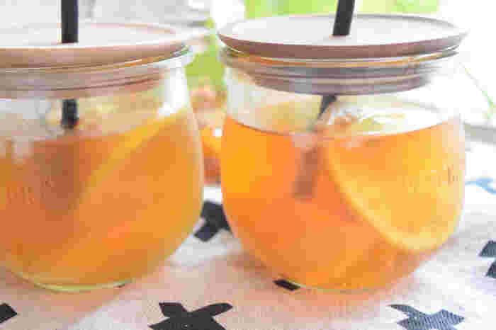市販のお茶やコーヒー以外にも、自分の好きな果物でフルーツドリンクを作ってみるのも楽しいですね。  こちらは、レモンと桃を組み合わせたピーチレモンティ。カットフルーツが透けて見えるのもおしゃれ。紅茶と好きなフルーツで、自分だけのオリジナルティーを作ってみませんか?