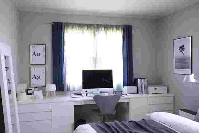 作業に集中したいなら、昼間に使われていない寝室をワークスペースにしてみては。寝室ならではの落ち着いた雰囲気が、集中力を高めてくれそう。こちらのお宅では、色調をダーク系に抑え洗練された空間に仕上げています。