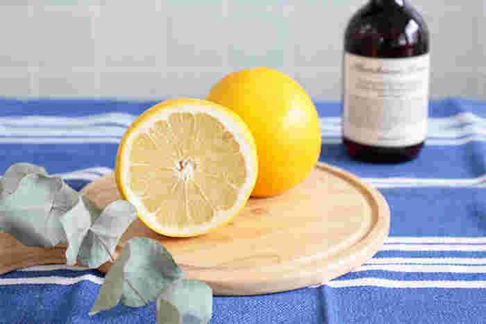 油汚れや水垢に効果的な「グレープフルーツの果皮油」や、抗菌作用と保湿効果がある「セージオイル」、植物から抽出された「高級アロマエッセンス」などの植物由来成分を贅沢に配合し、全プロダクトの共通原料として使用しています。