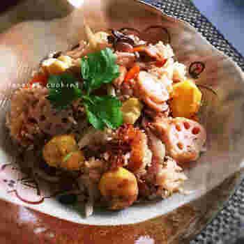 こちらは、栗や、鶏もも肉、干し椎茸、こんにゃく、根菜類など…食材をふんだんに使った、豪華な炊き込みご飯。干し椎茸の戻し汁を使うのがポイントです。