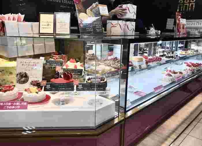 こちらは芦屋の洋菓子ブランド、「アンリ・シャルパンティエ(Henri Charpentier)」。クッキーなどの焼き菓子も人気のお店ですが、もしも女性の誕生日ケーキをお探しなら・・・アンリのハート型ケーキはいかがでしょう。