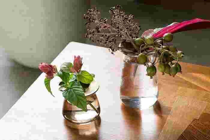 ガラスの部分に反射した光も計算されているかのような美しさ。テーブルや窓際にそっと置いておくだけで心が和みます。自分の気分に合わせて季節の花々をコーディネートするのも楽しい瞬間ですよ。