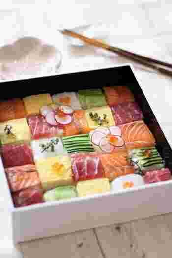 色とりどりの正方形のお寿司を並べたモザイク寿司。簡単なのに豪華に見えるから義両親を招いても安心の褒められレシピ。  牛乳パックで押し寿司を作り、包丁で四角に切ってお重やお皿に並べるだけなので思っているより簡単に作れます。