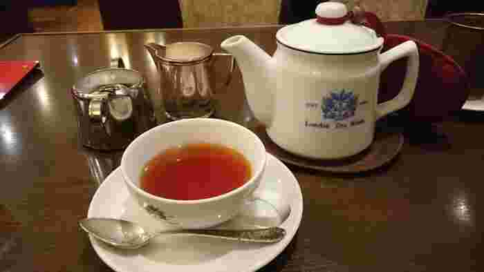 ロンドンティールームオリジナルのシンボルマーク入りティーセットでサービスされる紅茶。