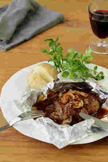 まるで洋食屋さんのような、ちょっと贅沢な包み焼きハンバーグ。肉汁をしっかり閉じ込めるだけでなく、オーブンでじんわり火を通すので生焼けを防ぐこともできます。