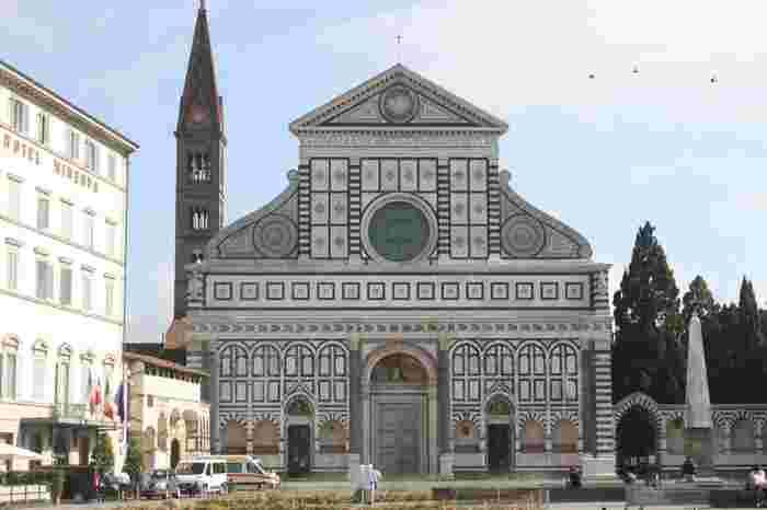"""その後、修道院はこちらの写真のサンタ・マリア・ノヴェッラ教会へと発展し、1612年に薬局として営業を開始しました。ドミニコ修道会の教義である""""癒しの実践""""から生まれた数々のプロダクトは、当時フィレンツェを統治していたメディチ家をはじめ、ヨーロッパの王侯貴族からも愛されました。"""