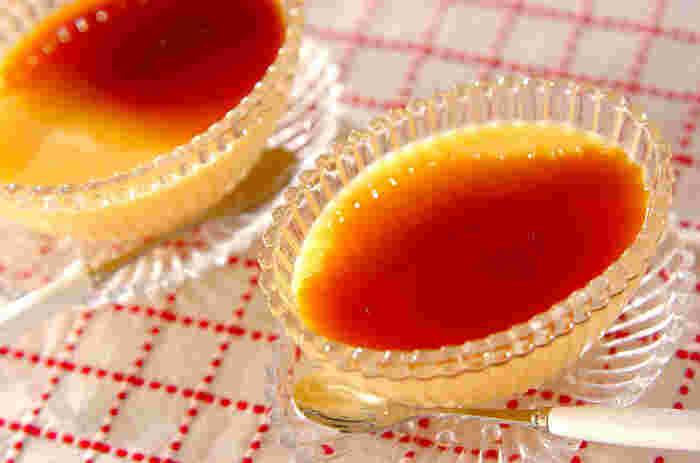 レンジで加熱したサツマイモに、ゼラチン、溶き卵、牛乳、砂糖を入れてミキサーでかくはんし、固めたシンプルなプリン。砂糖が少なめなので、さつま芋の味が楽しめます。