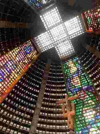 1976年に完成した円錐形のモダンな教会。メトロ「カリオカ駅」から歩いてすぐの場所にあります。ピラミッドのような無機質な建物ですが、中には美しいステンドグラスの光景が!