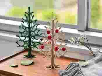 フィンランドのデザイン会社lovi(ロヴィ)の素朴なバーチ材で出来たクリスマスツリーはナチュラルとダークグリーンの2色展開。立体的なアイテムですが10枚の木が組み合わさってできており、収納時には全て平になるのも嬉しいポイントです。