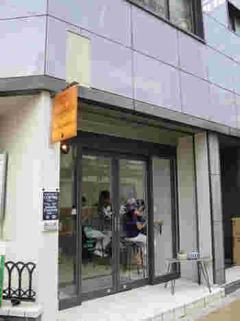 新宿三丁目駅から歩いてすぐのところにある「4/4 SEASONS COFFEE(オールシーズンズ コーヒー)」は、こじんまりとした本格派のコーヒーショップ。コーヒーの他に、プリンとチーズケーキが人気のお店です。